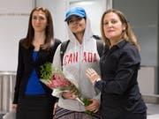 Rahaf Mohammed al-Kunun (Mitte) bei ihrer Ankunft am Flughafen von Toronto - empfangen von der kanadischen Aussenministerin Chrystia Freeland (rechts). (Bild: KEYSTONE/AP The Canadian Press/CHRIS YOUNG)