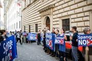 Bewohner des Maihof Quartier protestierten vergangenen Mai vor dem Regierungsgebäude zu Beginn der Kantonsratssession. (Bild: Roger Grütter, Luzern, 8. Mai 2018)
