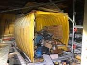 Eine Explosion in einem Baustellencontainer dürfte in Flawil SG nicht wenige aus dem Schlaf geschreckt haben. Verletzt wurde niemand. (Bild: Kantonspolizei St. Gallen)