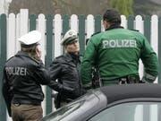 1300 deutsche Polizisten waren am Samstagabend im Einsatz bei einer Razzia gegen Clan-Kriminalität im Ruhrgebiet. (Bild: KEYSTONE/AP/ROBERTO PFEIL)