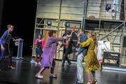 Eifersuchtswahnsinn hinter der Bühne: Dotty (im Morgenmantel Birgit Bücker) nimmt Frederick (Marcus Schäfer) die Axt ab. (Bilder: Sebastian Hoppe)