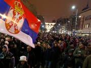 Wut auf den serbischen Präsidenten Vucic in den Strassen von Belgrad. (Bild: KEYSTONE/AP/DARKO VOJINOVIC)