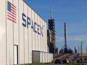 SpaceX-Gebäude und Rakete auf dem Weltraumbahnhof Cape Canaveral in Florida. (Bild: KEYSTONE/AP NASA/KIM SHIFLETT)