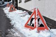 Gut sichtbar: Einerseits die Warnung, andererseits die von oben drohende Gefahr. (Bild: Bilder: Remo Zollinger)