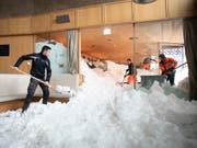 Mühselige Handarbeit: Dutzende Helfer schaufeln das Hotel und das Restaurant auf der Schwägalp vom Schnee frei. (Bild: KEYSTONE/GIAN EHRENZELLER)
