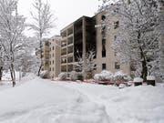 Bei einem Brand in einer Wohnung in einem Mehrfamilienhaus in Chur sind drei Personen ums Leben gekommen, darunter zwei Kinder. (Bild: Keystone/GIAN EHRENZELLER)
