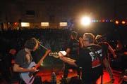Zum Abschluss Rockmusik live: Underline spielte eine Stunde lang Oldies vor 500 Fans. (Bild: Michael Hug)