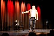Mike Müller genügt für ein abendfüllendes Programm nur ein Stuhl und ein Glas Wasser auf der Bühne. (Bild: Vivien Huber)