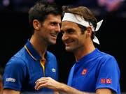 Beim Laver Cup kurzzeitig Teamkollegen, nun wieder Konkurrenten: Novak Djokovic (li.) und Roger Federer. Wer lacht auch am Schluss des Australian Open noch? (Bild: KEYSTONE/FR171507 AP/JIM YOUNG)