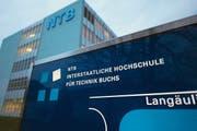Es gibt Gerüchte, wonach die Buchser Hochschule NTB künftig das Department Informatik statt Technik leiten soll. Kantonsräte sind aufgeschreckt. (Bild: Urs Jaudas)