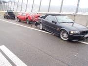 Der schleudernde BMW prallte in den Oldtimer, der auf dem Pannenstreifen stand. Ein Mann wurde zwischen Oldtimer und Abschleppfahrzeug eingeklemmt und verletzt. (Bild: Kantonspolizei Aargau)