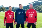 Der Luzerner Trainerstaff ist komplett: Chefcoach René Weiler (Mitte) mit seinen Assistenten Thomas Binggeli (links) und Manuel Klökler. (Bild: Martin Meienberger (Marbella, 13. Januar 2019))