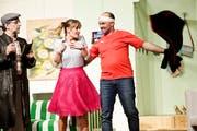 Der Kommissar will Licht ins Verwirrspiel von Taxifahrer Marcel Meier (rechts) bringen. Hier tanzt er mit Susanne, seiner Ehefrau Nummer zwei. (Bild: Donato Caspari)