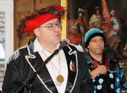 Markus Birk, Stadtpräsident von Diessenhofen, sprach in witzigen Reimen. Rechts im Hintergrund Roger Frei, Präsident der Rhyalge.