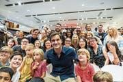 Alle wollen ein Bild mit ihm: Roger Federer mit seinen (australischen) Fans. (Bild: Asanka Brendon Ratnayake/Getty (Melbourne, 9. Januar 2019))