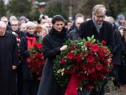 Im Rahmen eines stillen Gedenkens an der Gedenkstätte der Sozialisten in Berlin-Friedrichsfelde legten die Fraktionsvorsitzenden Sahra Wagenknecht (links) und Dietmar Bartsch (rechts) Kränze nieder. (Bild: KEYSTONE/EPA/HAYOUNG JEON)