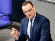 Möchte die deutschen Ärzte aus der Schweiz zurück: Deutschlands Gesundheitsminister Jens Spahn. (Bild: KEYSTONE/EPA/ALEXANDER BECHER)