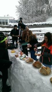 Auf einer eigens errichteten Schneebar servierte die Schülerschar der Oberstufe Rorschacherberg Wienerli und Brot. (Bild: PD)