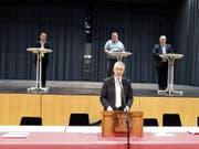 Die Kandidaten Tobias Gross, Sacha Thür und Thomas Bitschnau sind bereit. Vorne spricht Gemeindepräsident Max Soller. (Bild: Tobias Bolli)