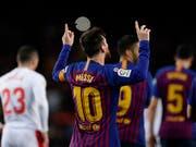 Lionel Messi bedankt sich beim Himmel: Er schoss für den FC Barcelona sein 400. Meisterschaftstor (Bild: KEYSTONE/AP/MANU FERNANDEZ)