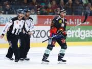 Tristan Scherwey musste gegen Zug schon früh vom Eis (Bild: KEYSTONE/PETER KLAUNZER)