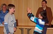 Theaterpädagoge Daniel Koller (rechts) wirkte an den Castings mit. (Bild: Urs Huwyler)