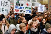 Letzten Dezember demonstrierten Schüler in Zürich – nun ziehen die Luzerner in Sachen Klimastreik am Freitag nach. (Bild: Walter Bieri / Keystone)