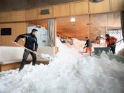 Schneeräumung im stark beschädigten Hotel Säntis auf der Schwägalp nach dem Lawinenabgang. (Bild: KEYSTONE/GIAN EHRENZELLER)