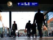 Passanten mit Einkaufstüten. (Bild: Gaetan Bally/Keystone, Bern, 30. Oktober 2005)