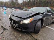 Ein Maserati-Fahrer geriet am Sonntagnachmittag auf der A1 ins Schleudern und prallte gegen die Lärmschutzwand. Der Sachschaden beträgt rund 25'000 Franken. (Bild: Handout Kantonspolizei Aargau)