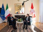 Bundesrat Ignazio Cassis (rechts) hat am Montag in Lugano den italienischen Aussenminister Enzo Moavero Milanesi (links) zu Gesprächen empfangen. (KEYSTONE/Ti-Press/Pablo Gianinazzi) (Bild: KEYSTONE/KEYSTONE / TI-PRESS/PABLO GIANINAZZI)