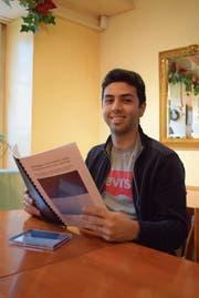 Rami Msallam mit seiner Maturaarbeit und seiner CD «The Exodus». (Bild: Evi Biedermann)
