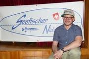 Präsident Simon Rohrer vor dem Vereinsplakat. (Bild: Franz Niederberger)