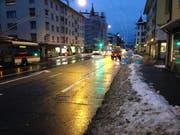 Die Fahrbahnen an der Zürcher Strasse im Lachen-Quartier sind schneefrei. Um die Schneehaufen links und rechts der Strasse werden sich die Räumungsequipen in den nächsten Tagen kümmern. (Bild: Reto Voneschen - 14. Januar 2019)