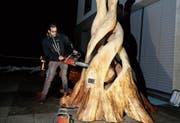 Gekommen, um zu bleiben: Die Figur «Verwundern», die seit gesten in Menzingen dauerhaft zu sehen ist, wird hier vom Künstler Patrick Barmet spektakulär enthüllt. (Bild: Stefan Kaiser (14. Januar 2019))