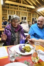 Für viele Gäste ist das Flambieren der Wurst der Höhepunkt des Essens. (Bild: Rita Kohn)