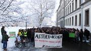 Schüler im Streik: Wer weiterhin an den Klimastreiks teilnehmen will, dem wird eine unentschuldigte Absenz eingetragen. (Bild: Luca Ghiselli)