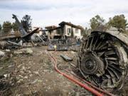 Bei einem Flugzeugunglück im Iran sind 15 Menschen ums Leben gekommen - das Frachtflugzeug der Luftwaffe krachte bei der Notlandung in ein Wohngebiet. (Bild: KEYSTONE/EPA MIZAN NEWS AGENCY/HASSAN SHIRAVANI)