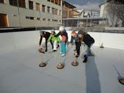 Die Jubla-Gruppe beim Eisstockschiessen. (Bild: Ruedi Wechsler)