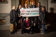 Schülerinnen und Schüler der Kantonsschule am Burggraben machen auf den ersten Klimastreik vom 21. Dezember 2018 aufmerksam. (Bild: Benjamin Manser - 20. Dezember 2018)