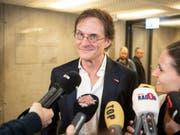 Arno Del Curto wurde in Zürich von einer grossen Medienschar empfangen (Bild: KEYSTONE/ENNIO LEANZA)