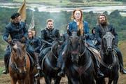 Mary (Saoirse Ronan) reitet durch ihr Schottland. Die Kostüme von Alexandra Byrne hätten eine Oscarnominierung verdient. (Bild: Universal)