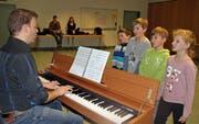 Wer am Musical Joseph mitwirken möchte, kam ums Vorsingen nicht herum. Die Kinder und Jugendlichen meisterten dieses ohne Hemmungen. (Bild: Urs Huwyler)