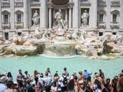 Wenn fast jeder Tourist und jede Touristin eine Münze über die Schulter in den Trevi-Brunnen wirft, kommt da so einiges zusammen in Rom. (Bild: KEYSTONE/AP/ALESSANDRO DI MEO)