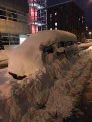 Parkbusse im Schnee: Das eingeschneite und zugepfadete Auto im Lachen-Quartier bekam einen Bussenzettel unter den Scheibenwischer geklemmt, weil es ohne Bewilligung in der Erweiterten Blauen Zone parkiert ist. Immerhin: Um den Bussenzettel platzieren zu können, musste auch die Polizei arbeiten. (Bilder: PD - 12. Januar 2019)