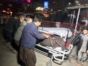 Das Rettungspersonal in Kabul hat nach der Bombenexplosion alle Hände voll zu tun (Bild: KEYSTONE/EPA/JAWAD JALALI)