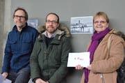 Andreas Aechbacher, Vater der verhinderten Svenja (3. Preis), Daniel Bachofen (2. Preis) und neben ihrer erstprämierten Fotografie Regina Rosin in der Kunsthalle Arbon. (Bild: Max Eichenberger)