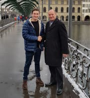 Marco Baumann (links) und sein Vorgänger Reto Kessler auf dem Luzerner Rathaussteg. Bild: PD