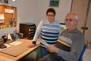 Rosmarie und Otto Peter betreuen den Mahlzeitendienst im heimischen Büro. (Bild: Monika Wick)