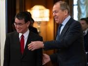 Der russische Aussenminister Sergej Lawrow begrüsst seinen japanischen Amtskollegen Taro Kono vor Gesprächen in Moskau. (Bild: KEYSTONE/AP/ALEXANDER ZEMLIANICHENKO)